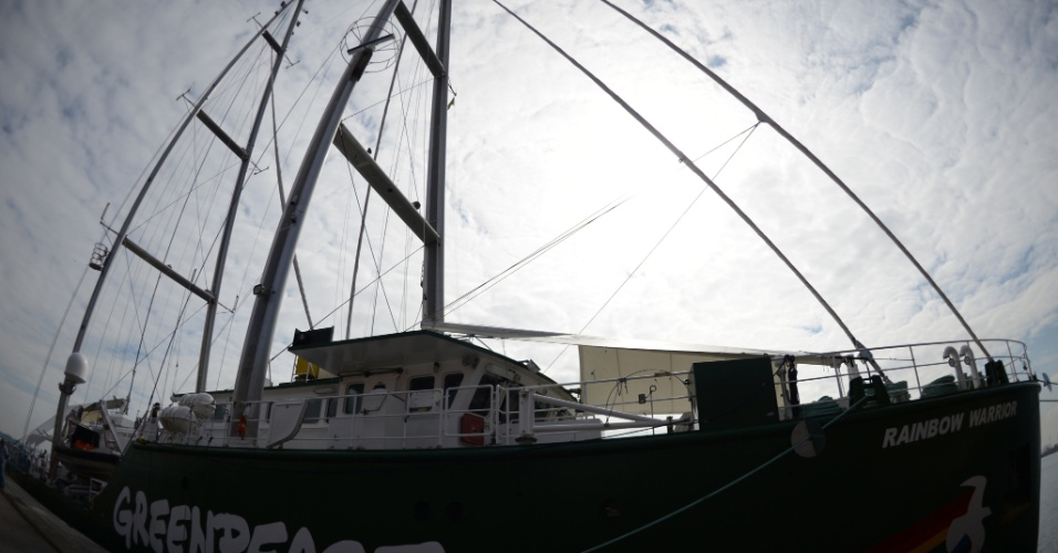 13.jun.2012 - O navio do Greenpeace, Rainbow Warrior, chega ao Rio