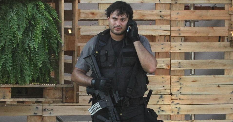 13.jun.2012 - Policial empunha rifle AR15 dentro do Parque dos Atletas, área de exposições da Rio+20