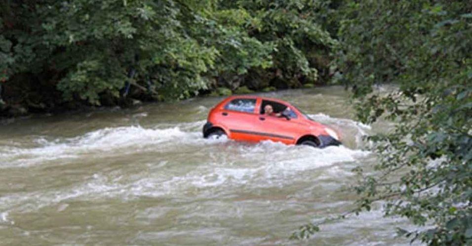 14.jun.2012 - Em treino de direção com o pai, uma adolescente entrou com o carro e tudo, no rio Enns, na Áustria. Ela perdeu o controle quando foi cruzar a ponte e mergulhou o veículo