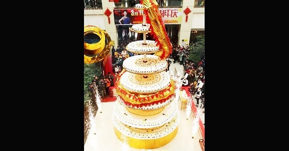 14.jun.2012 - Mais de 20 chefs trabalharam durante 24 horas, na China, para fazer o bolo mais alto do mundo. Com oito metros de altura, a sobremesa contou com 500 kg de ovos, 260 kg de farinha, 200 kg de creme, 100 kg de frutas e 80 kg de chocolate