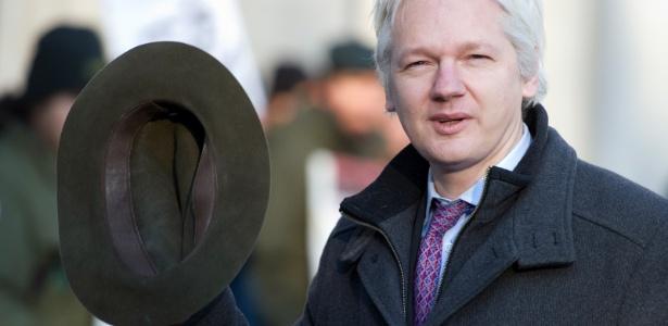 14.jun.2012 - Na foto, de 2 de fevereiro, Assange acena ao chegar para seu julgamento na Suprema Corte, em Londres - Miguel Medina/AFP