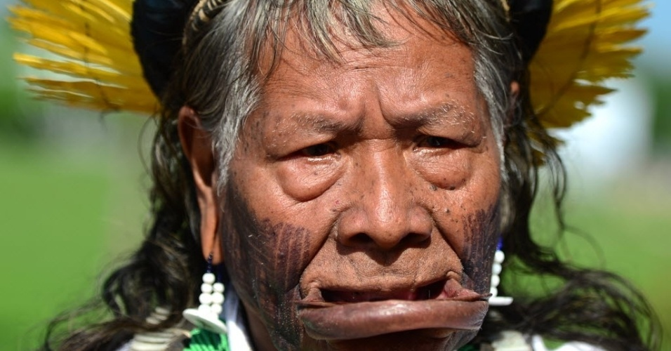 14.jun.2012 - O cacique Raoni, da etnia indígena Caiapó, reponde a perguntas de jornalistas durante a Rio+20