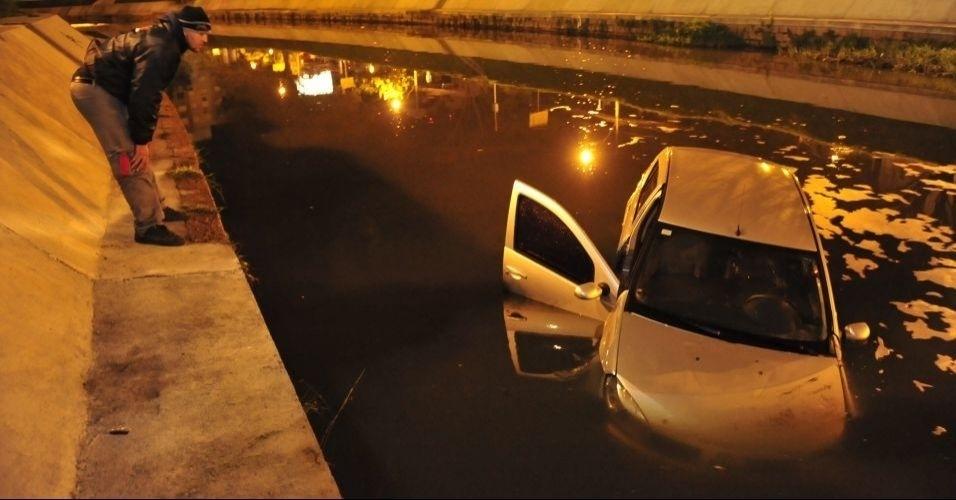 14.jun.2012 - Um automóvel caiu no rio Dilúvio, em Porto Alegre, na madrugada de 22 de agosto. Por volta de 0h30 o veículo, que tinha três ocupantes, perdeu o controle. Segundo a polícia, o carro havia sido roubado por um homem armado