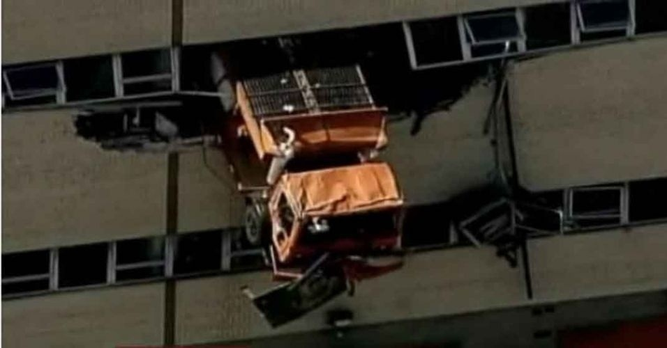 14.jun.2012 - Um caminhão da secretaria de limpeza urbana de Nova York foi parar do lado de fora do segundo andar de uma oficina mecânica no bairro do Queens. O caminhão ficou pendurado por horas e os bombeiros usaram um guindaste para resgatar o motorista