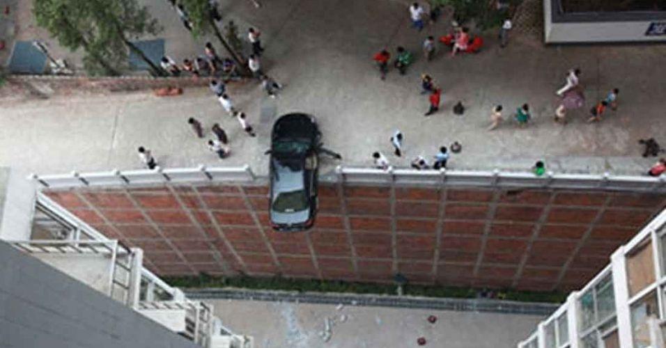 14.jun.2012 - Um motorista confundiu os pedais enquanto manobrava seu carro e quase fez com que seu veículo caísse de um altura de 15,24 m, na China