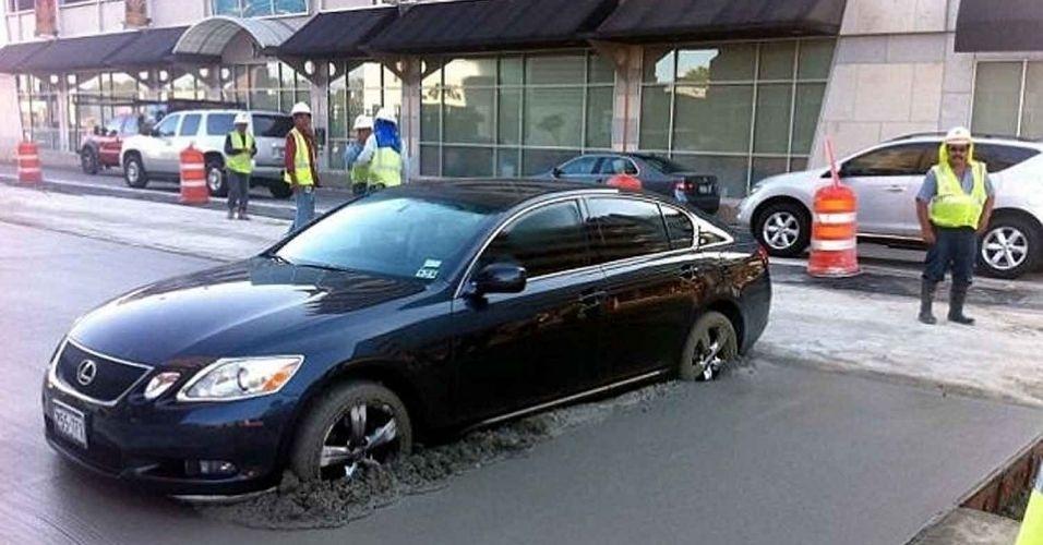 """14.jun.2012 - Uma advogada surpreendeu um grupo de trabalhadores de Houston, no Texas (EUA), ao fazer uma curva em """"U"""" e parar com as quatro rodas de seu automóvel dentro de uma """"cama"""" de cimento fresco. A polícia foi chamada e ela se recusou a sair do carro para não estragar os sapatos..."""