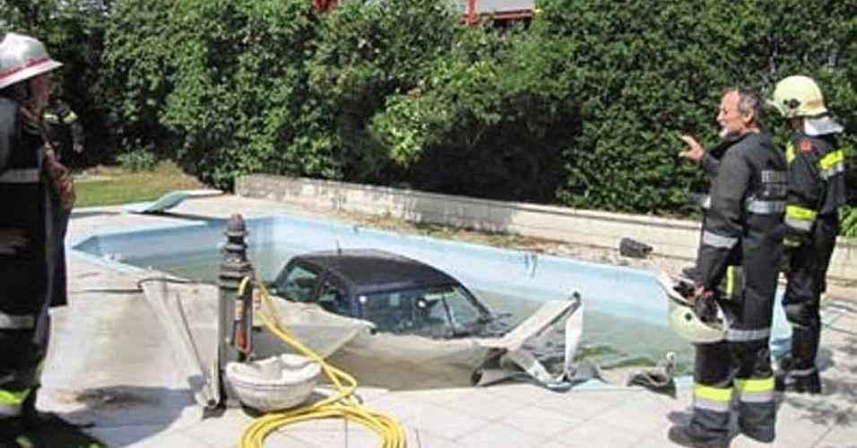 14.jun.2012 - Uma mulher de 42 anos dirigia tranquilamente seu carro na Áustria quando avistou um coelhinho no meio da pista, para não atropelá-lo, fez um desvio brusco, atravessou uma cerca e caiu com o carro dentro da piscina de uma casa