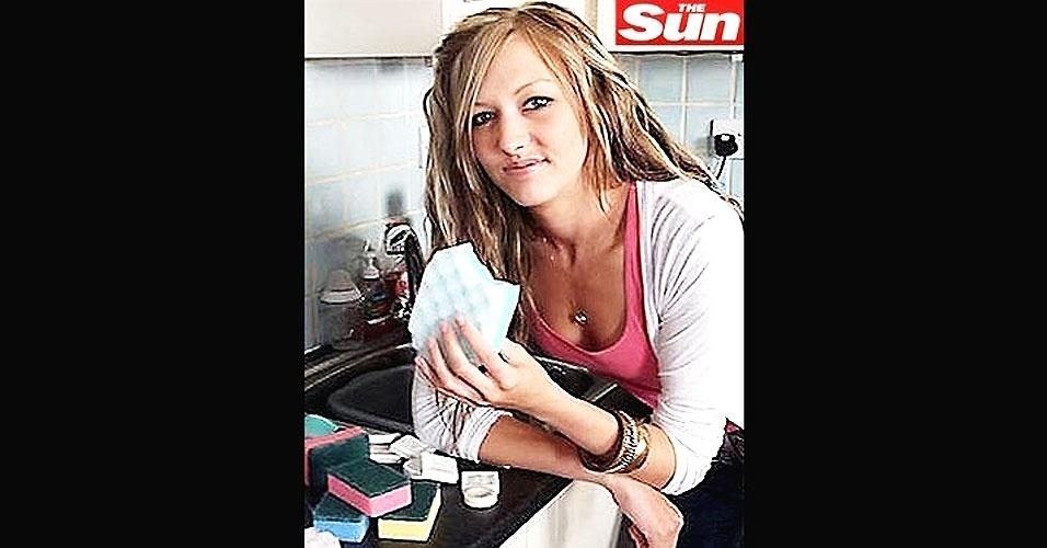 16.jun.2012 - A britânica Kerry Trebilcock, de 21 anos, gosta de ir a restaurantes, comer uma massa ou uma boa pizza. Mas o que ela realmente adora devorar são esponjas de limpeza e barras de sabão. Até hoje, ela já comeu mais de 4.000 esponjas e cem barras de sabão
