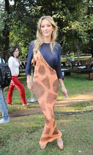 A modelo e apresentadora Giane Albertoni conferiu o quarto dia de desfiles da São Paulo Fashion Week (14/6/12)
