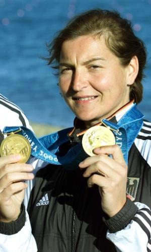 Alemã Birgit Fischer mostra as duas medalhas de ouro conquistada por ela na canoagem nos Jogos Olímpicos de Sydney-2000