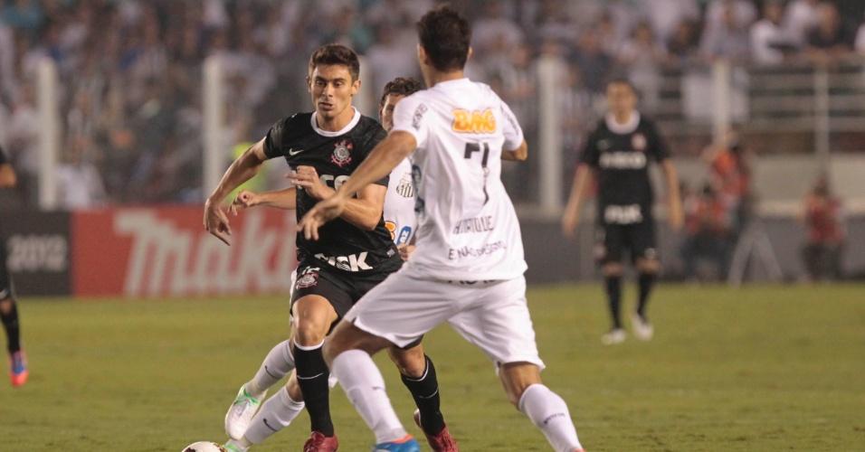 Alex, do Corinthians, e Henrique, do Santos, brigam pela posse da bola