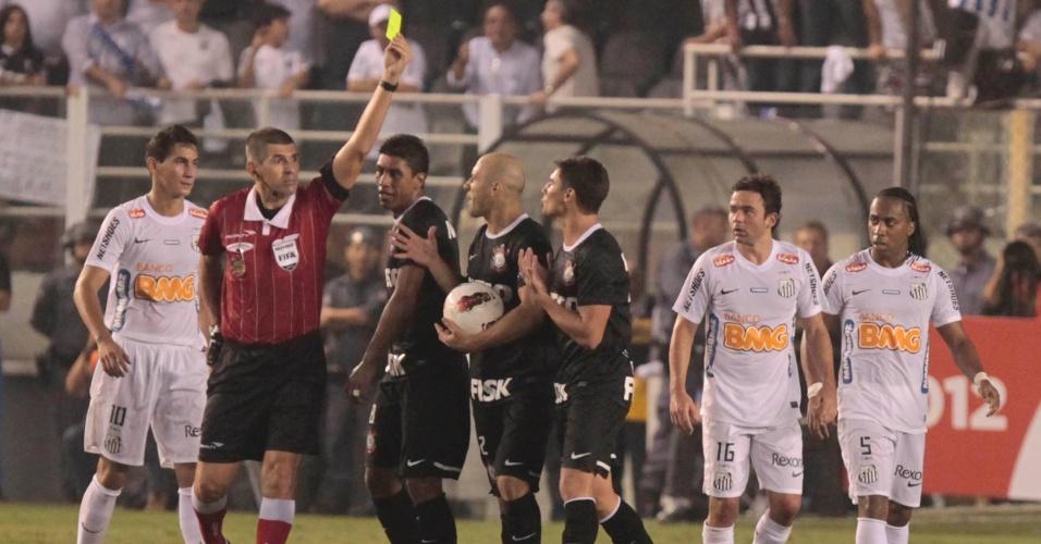Árbitro aplica cartão amarelo após confusão no jogo Santos x Corinthians