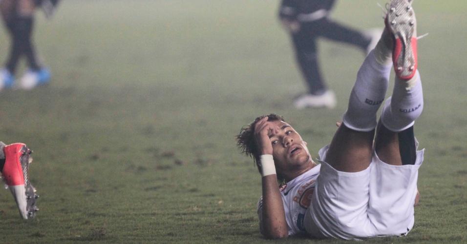 Atacante Neymar, do Santos, vai ao chão durante partida contra o Corinthians