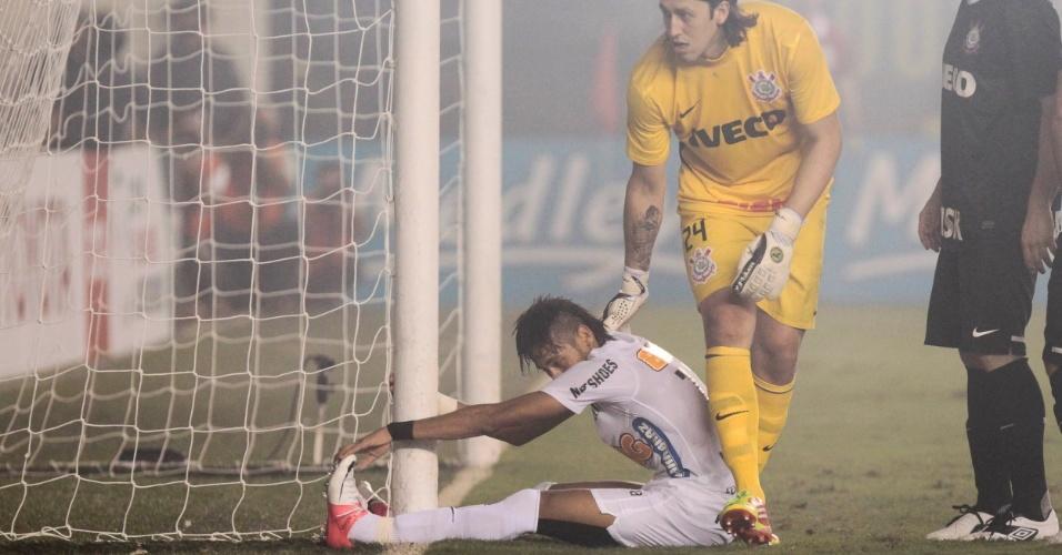 Cássio, do Corinthians, consola Neymar depois que o atacante santista não alcançou a bola