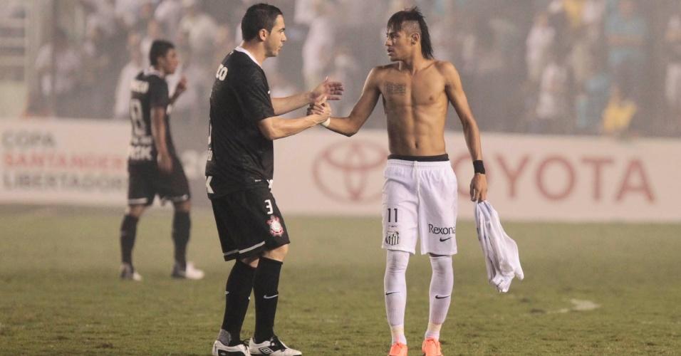 Chicão, do Corinthians, conversa com Neymar, do Santos, ao fim do duelo entre as equipes