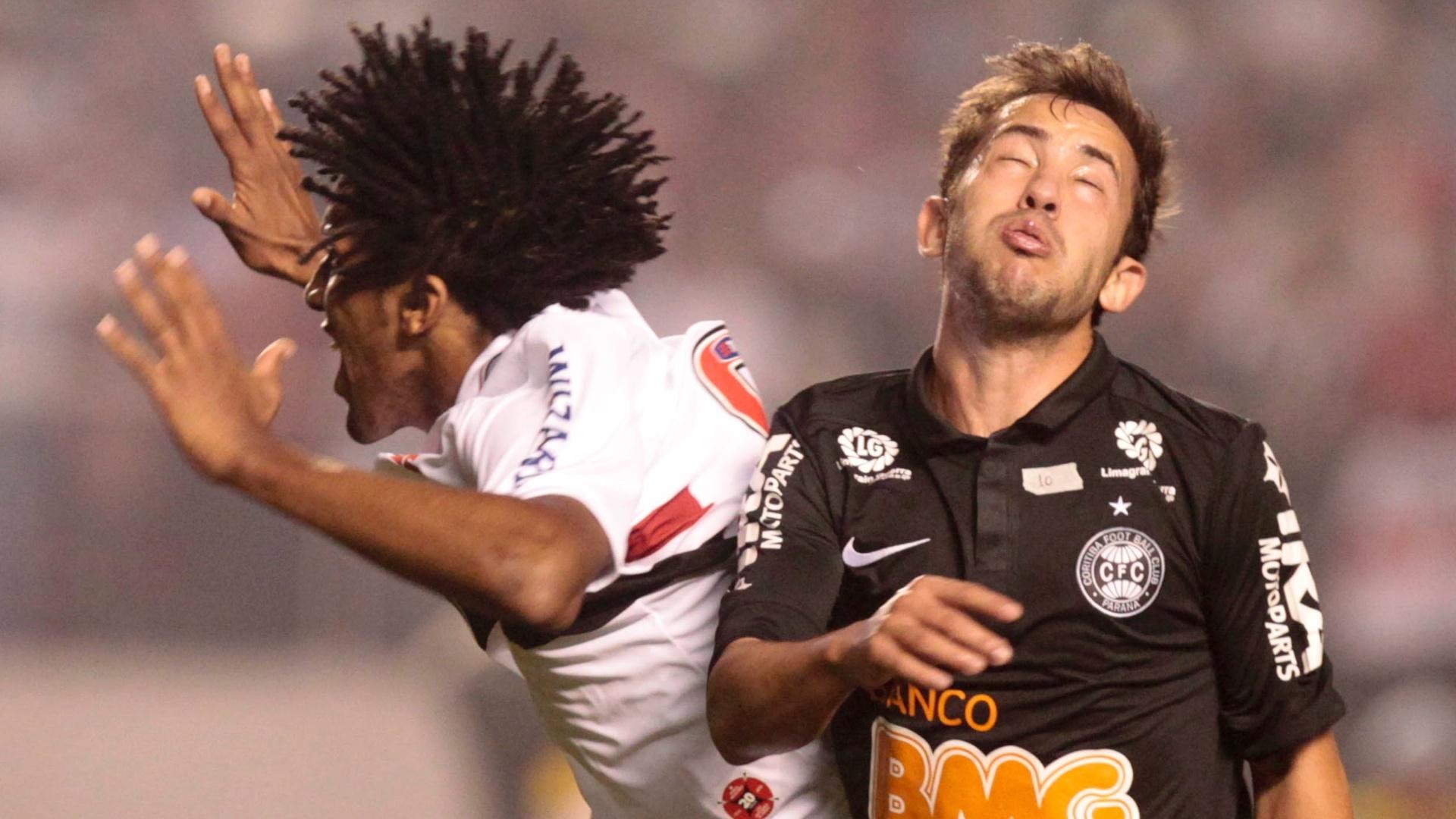 Cortez, do São Paulo, e Everton Ribeiro, do Coritiba, fazem careta na briga pela bola