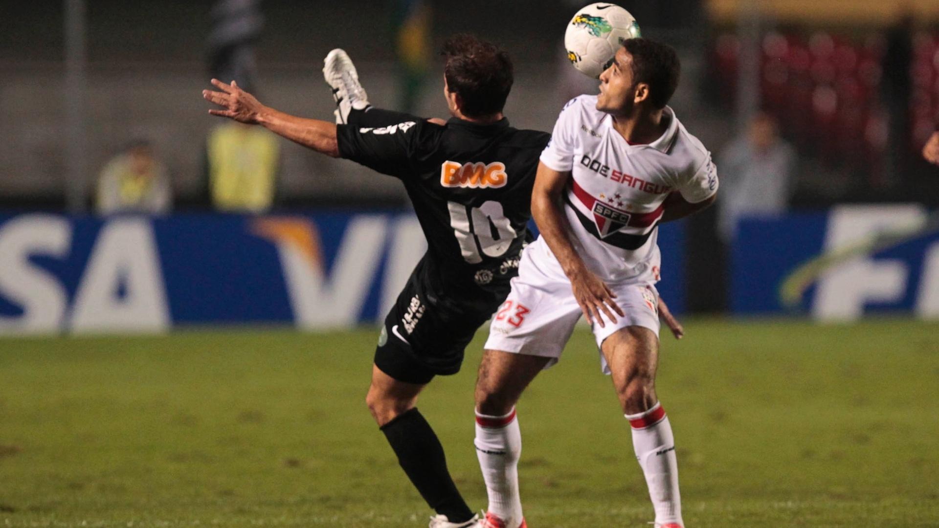 Douglas, do São Paulo, e Everton Ribeiro, do Coritiba, disputam a jogada