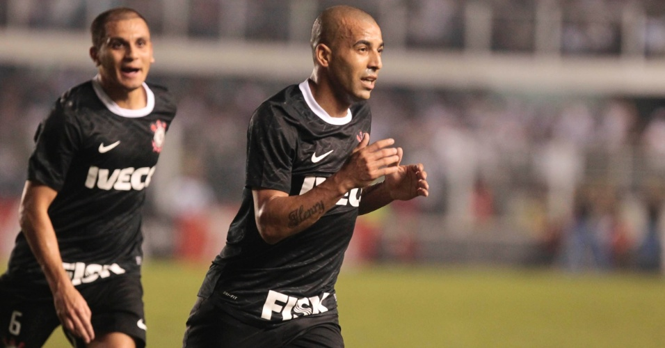 Emerson comemora após abrir o placar pelo Corinthians contra o Santos