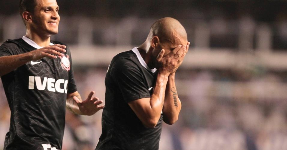 Emerson comemora após marcar pelo Corinthians contra o Santos na Vila Belmiro