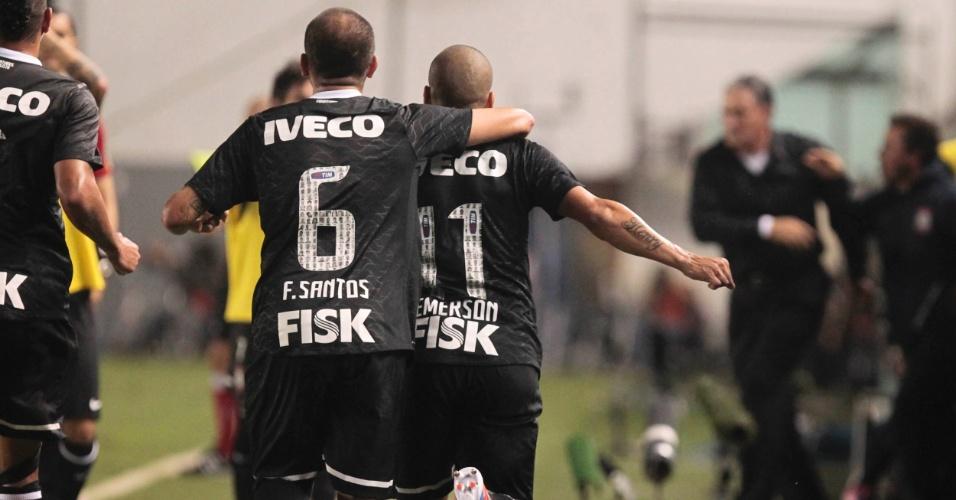 Emerson comemora com Fábio Santos após abrir o placar pelo Corinthians na Vila