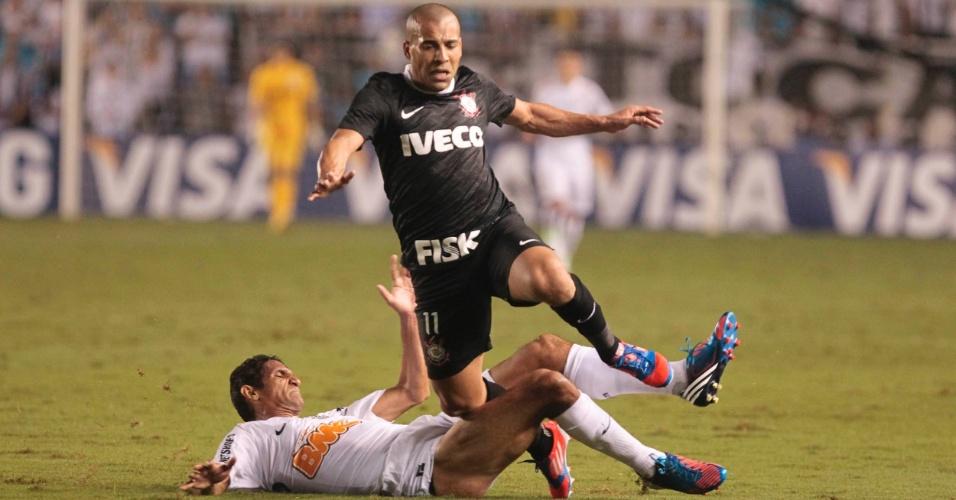 Emerson, do Corinthians, perde o equilíbrio após carrinho de Durval, do Santos