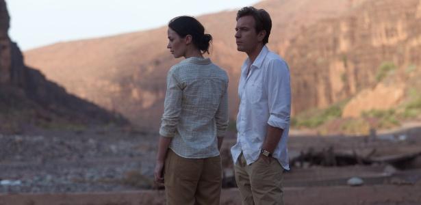 Emily Blunt e Ewan McGregor em cena do filme Amor Impossível, de Lasse Hallström