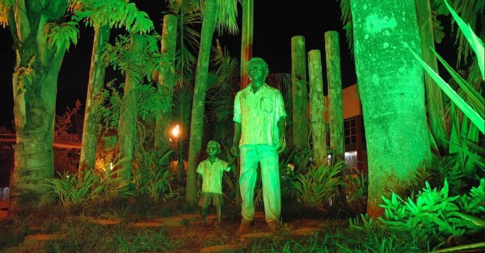 estátua de Chico Mendes na praça Povos da Floresta, em Rio Branco (AC)