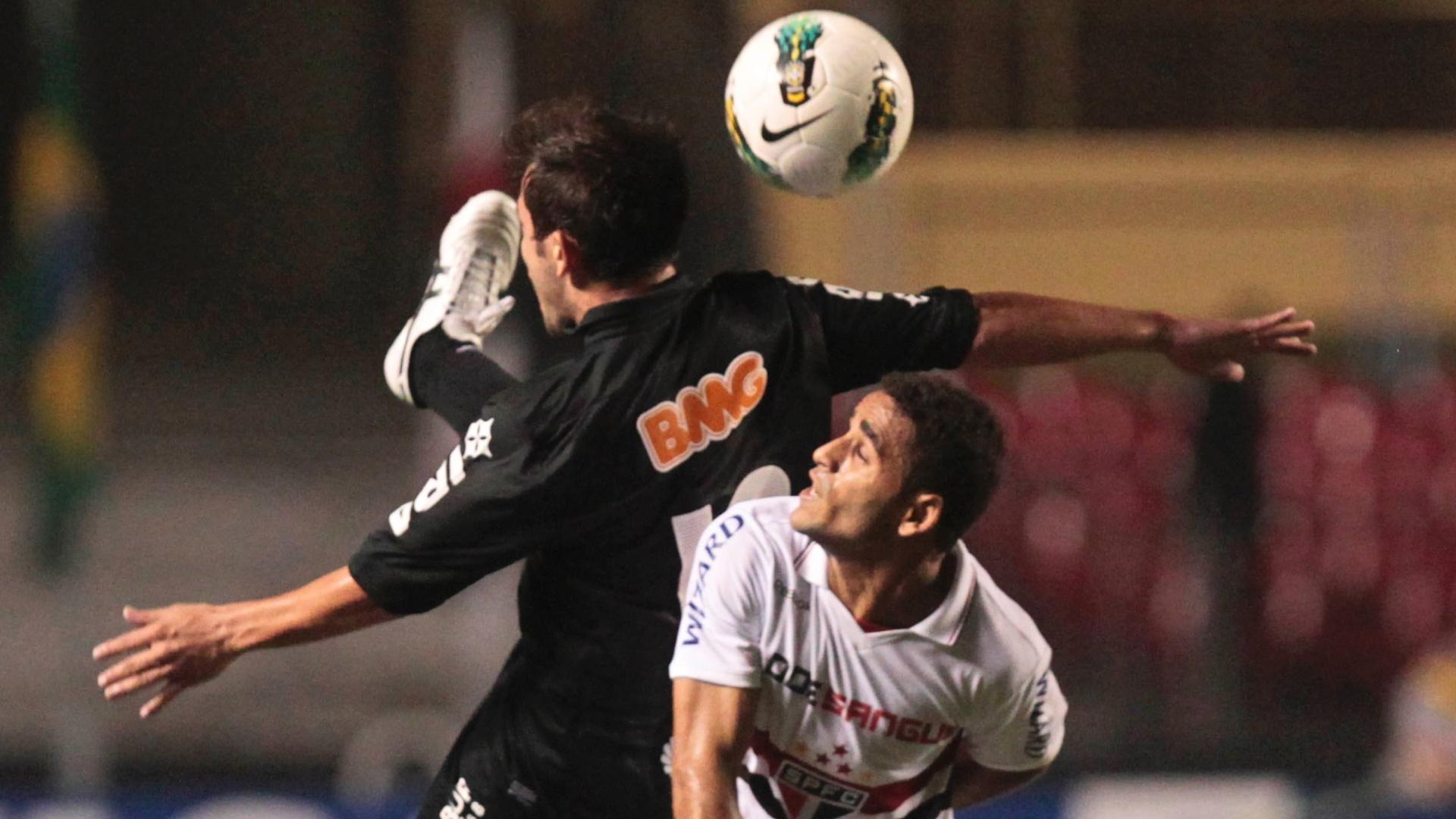 Everton Ribeiro, do Coritiba, disputa a bola com Douglas, do São Paulo