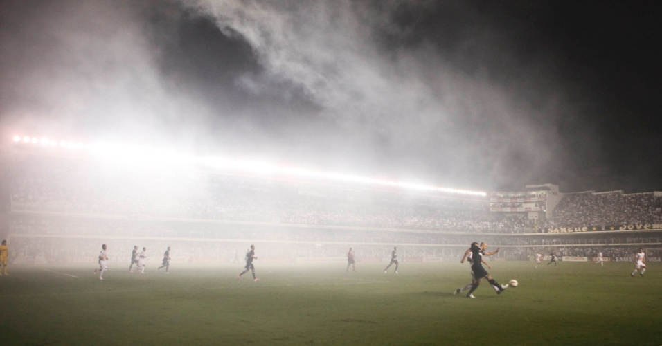 Fumaça dos sinalizadores usados pelos torcedores invadiu o campo da Vila Belmiro