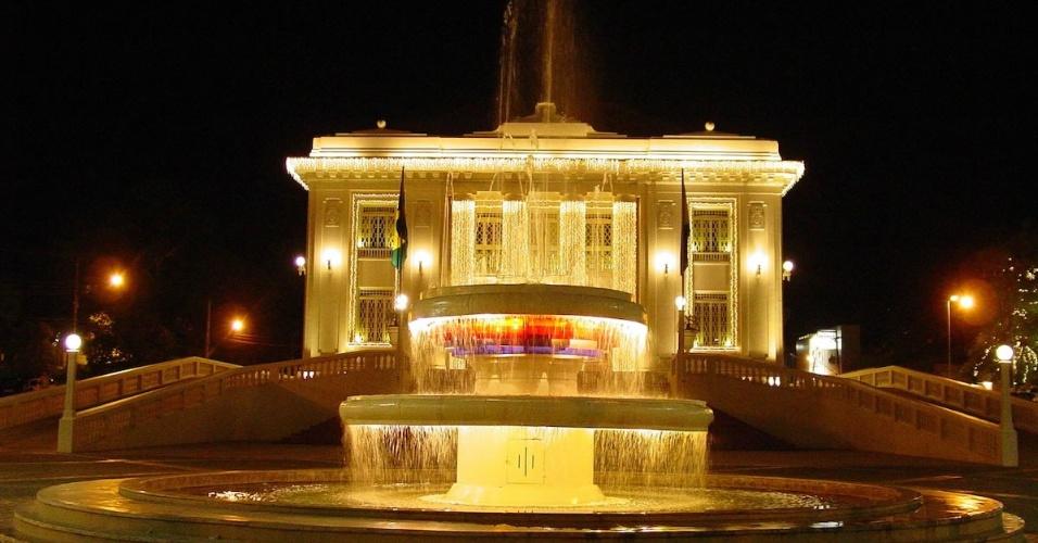 Iluminação noturna do Palácio Rio Branco (AC)