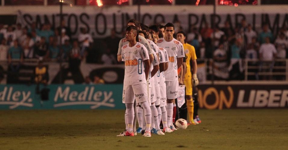 Jogadores de Santos e Corinthians se alinham no meio de campo antes da partida