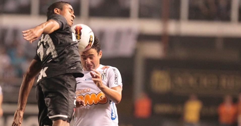 Jorge Henrique, do Corinthians, disputa jogada aérea com Juan, do Santos