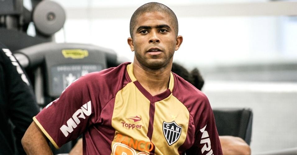 Lateral Júnior César, do Atlético-MG, trabalha na academia da Cidade do Galo (12/6/2012)