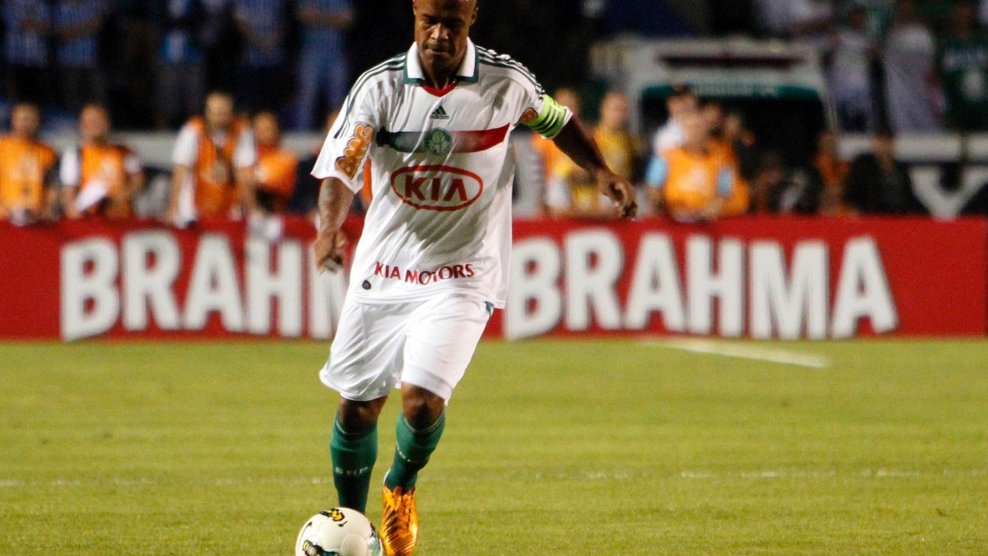 Marcos Assunção se prepara para cobrar uma falta para o Palmeiras no Olímpico