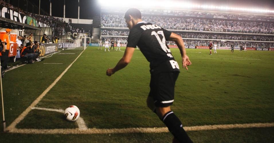 Meia Alex, do Corinthians, corre para cobrar escanteio na partida contra o Santos