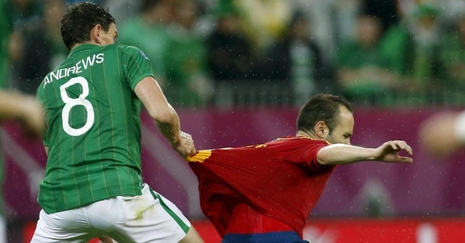 Meia da Irlanda Keith Andrews puxa camisa do espanhol Andrés Iniesta