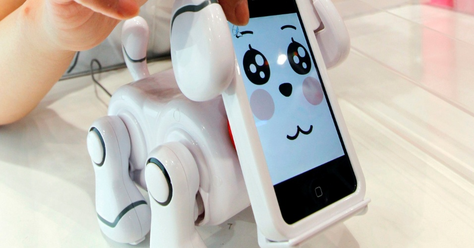 14.jun.2012 - Além das tradicionais bonecas e pelúcias, a Tokyo Toy Show, feira de brinquedos na capital japonesa, mostrou robôs caninos.O Smartpet, da Bandai, vira um cachorro com um iPhone acoplado. O pet mostra diferentes expressões quando o usuário interage com a tela do smartphone