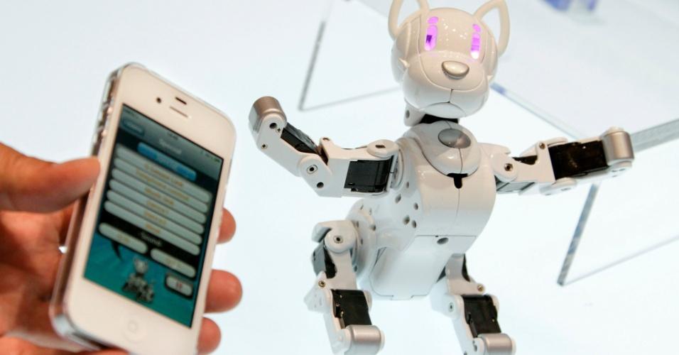14.jun.2012 - Além das tradicionais bonecas e pelúcias, a Tokyo Toy Show, feira de brinquedos na capital japonesa, mostrou robôs caninos. Já o Omnibot i-SoDOG pode andar e dançar com comandos a partir de um smartphone