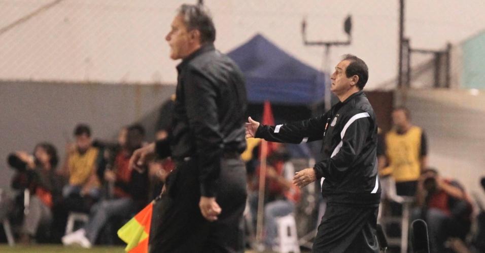 Os técnicos Tite, do Corinthians, e Muricy Ramalho, do Santos, comandam suas equipes durante jogo da Libertadores