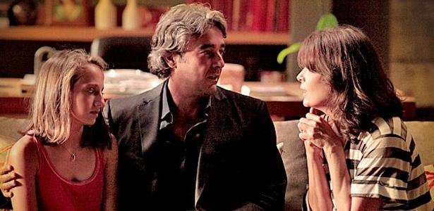 """Em """"Avenida Brasil"""", Paloma (Bruna Griphao, à esq.) só se contentou depois de conseguir aproximar Alexia (Carolina Ferraz) e Cadinho (Alexandre Borges) - TV Globo"""