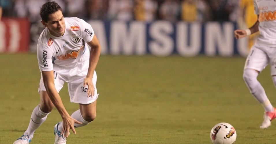 Paulo Henrique Ganso, do Santos, tenta alcançar a bola durante a semifinal contra o Corinthians