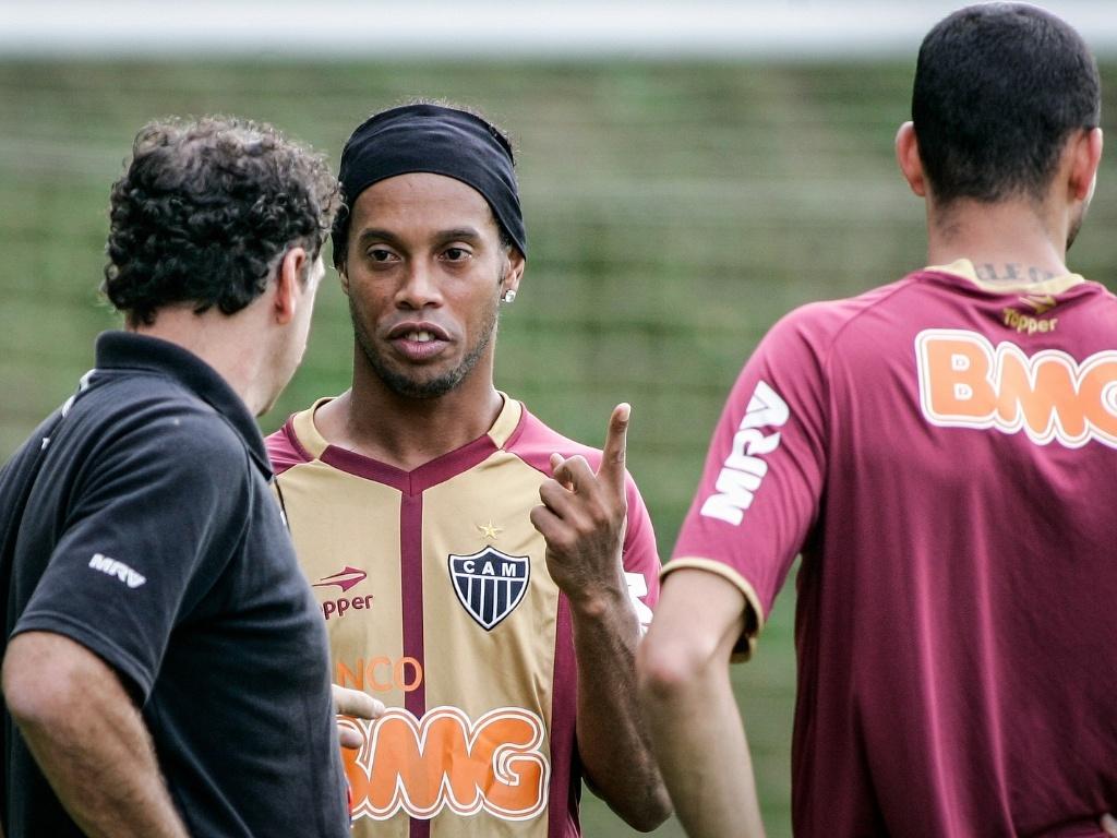 Ronaldinho Gaúcho conversa com Cuca, na Cidade do Galo