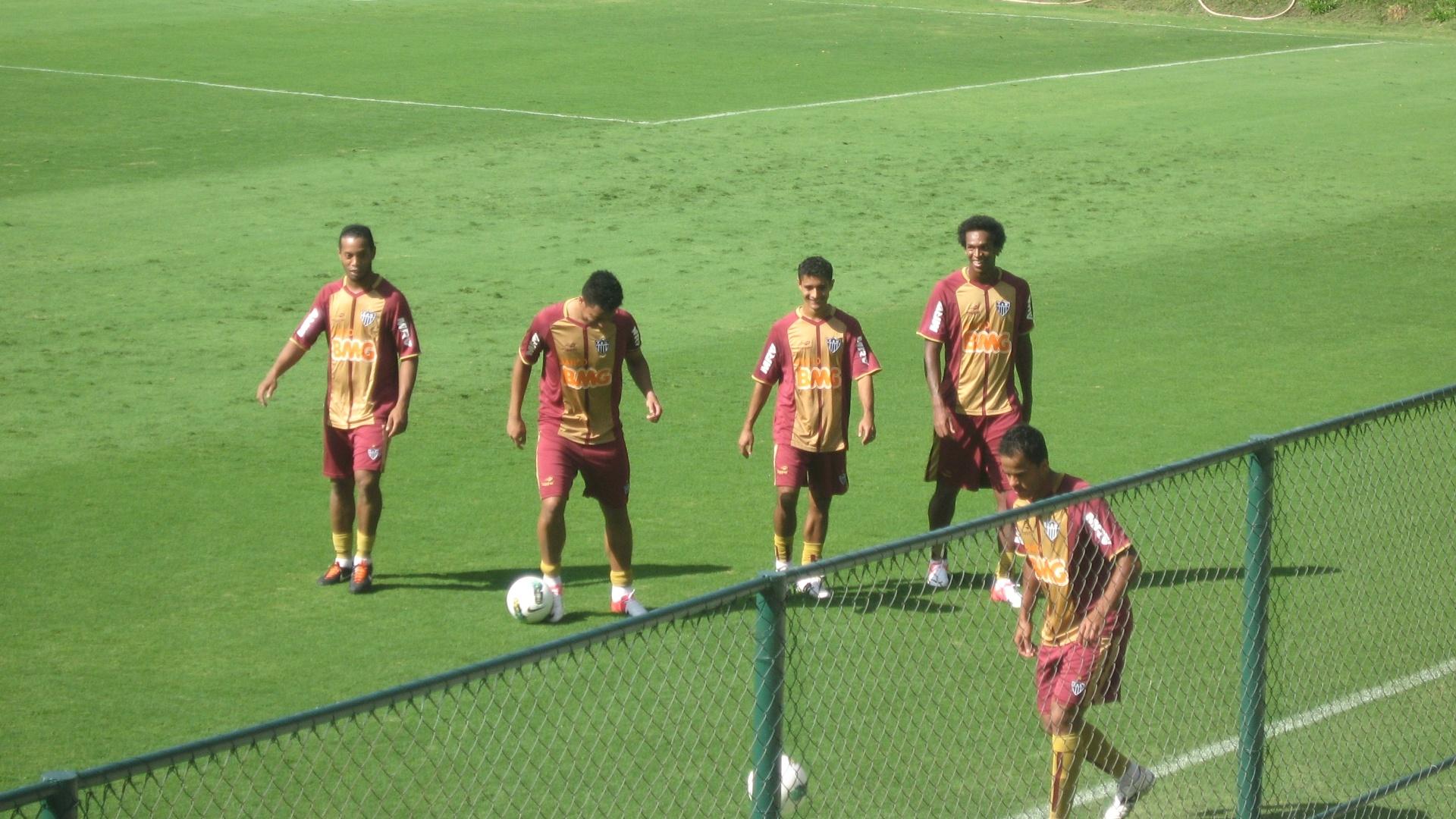 Ronaldinho participa de treino do Atlético-MG na Cidade do Galo (14/6/2012)