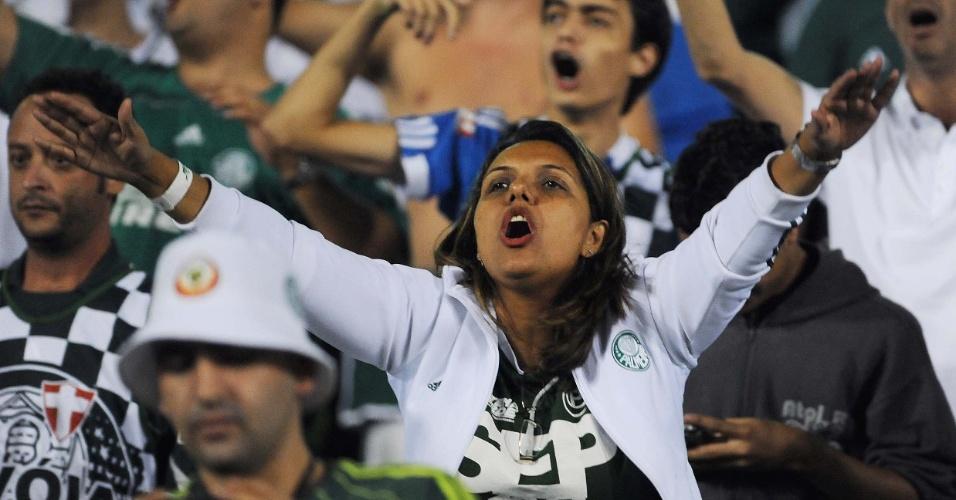 Torcedora do Palmeiras incentiva sua equipe durante jogo contra o Grêmio