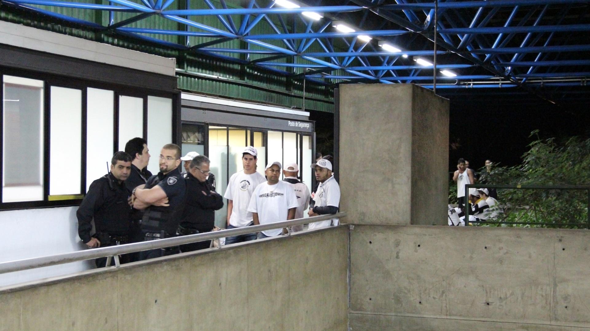 Torcedores do Santos são detidos após confusão no metrô de São Paulo