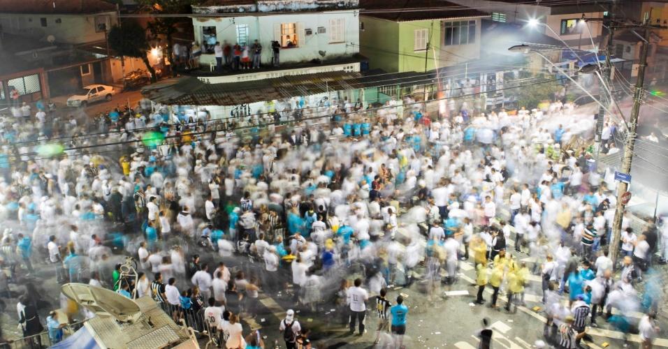 Torcida do Santos começa a chegar em grande número para o jogo contra o Corinthians