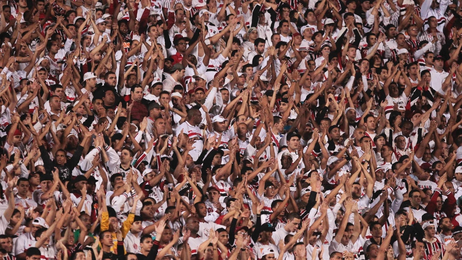 Torcida do São Paulo faz a festa durante a vitória sobre o Coritiba