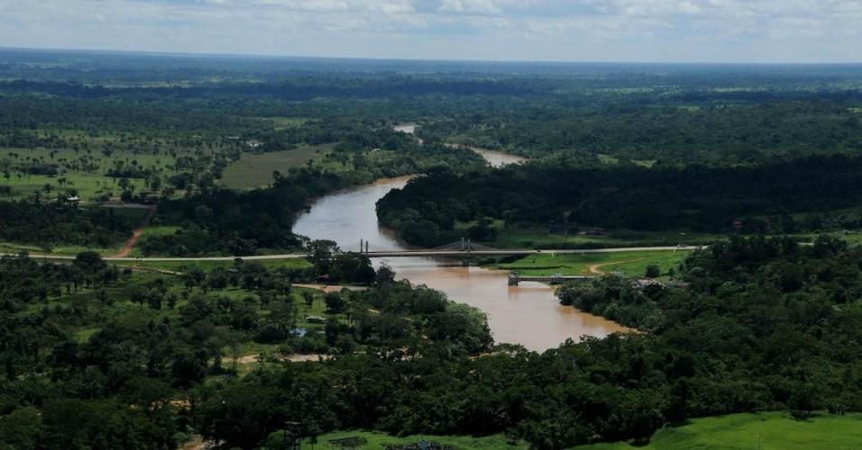 Vista aérea da terceira ponte sobre o rio Acre, em Rio Branco (AC)