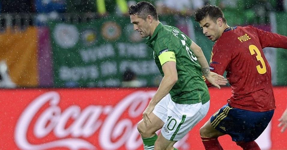 Zagueiro espanhol Gerard Piqué marca capitão da Irlanda Robbie Keane