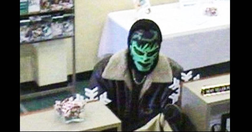 12.jan.2012 - O Incrível Hulk passou de super-herói para ladrão. Um homem vestindo uma máscara do personagem roubou um banco em Hamburg, Nova York. Se esse fosse mesmo o rosto do assaltante, a polícia não teria muita dificuldade para encontrá-lo